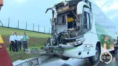 Acidente na Dutra deixou mais de 30 feridos na Dutra - Foi uma batida entre um ônibus e um caminhão.