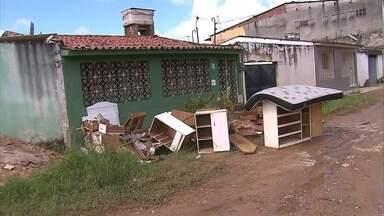 Em Olinda, moradores da Cidade Tabajara ainda contabilizam prejuízos causados pela chuva - Na última semana, água atingiu a marca de mais de um metro de altura nas casas