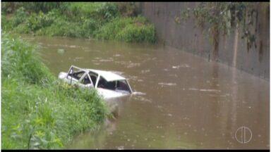 Dois carros caem em rio de Petrópolis, RJ, em intervalo de 12 horas - Neste ano, foram 17 casos desse tipo na cidade, até o momento.