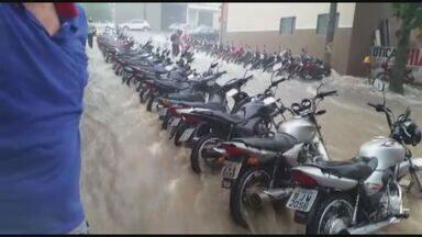 Temporal atinge Monte Alto, SP, nesta segunda-feira (6) - Chuva foi rápida, mas encheu de água as salas de uma indústria na Vila São Cristóvão.