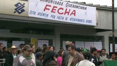 Moradores de Querência do Norte protestam pela falta de atendimento na agência do BB - A agência está atendendo apenas nos caixas eletrônicos há quase um mês, depois que foi alvo de assaltantes.