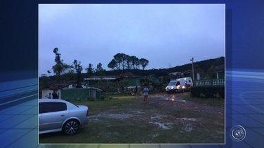 Temporal atinge bairro de São Roque - Um temporal atingiu no fim desta tarde o bairro Canguera em São Roque (SP). A prefeitura informou que a força do vento derrubou postes de energia elétrica, arrancou árvores, destelhou casas e deixou pelo menos dez moradores feridos. Uma casa desabou.