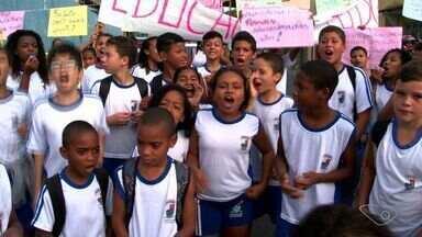 Estudantes de escola improvisada há 10 anos protestam em Vitória - Protesto fechou por duas horas a Rodovia Serafim Derenzi.Prefeitura disse que investiu R$ 5 milhões e metade da obra foi concluída.