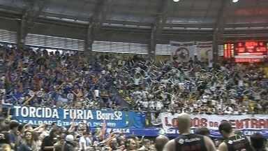 Com apoio da torcida, Bauru vence o Flamengo e leva decisão do NBB para o Rio - Em jogo quente, Bauru atropelou o Flamengo, empatou a série e adia o título para o Rio de Janeiro. E teve apoio da torcida que lotou o estádio Neusa Galetti em Marília.