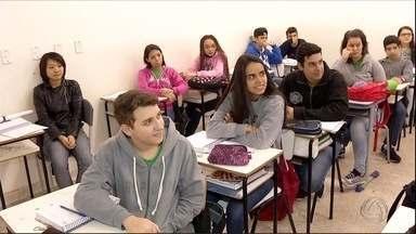 Projeto usa jogo RPG para ajudar nas aulas de língua portuguesa em Dourados, MS - O ensino na escola está mudando, deixando para trás o método tradicional, de professor em pé falando e alunos sentados só escutando. Exemplos de transformação são encontrados em muitas escolas. Conheça um projeto de um estudante de letras de Dourados que está usando o RPG, que é um jogo de tabuleiro, para ajudar nas aulas de língua portuguesa.
