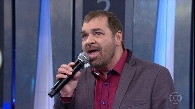 Peninha canta 'Sozinho' - Cantor apresenta música que foi sucesso na voz de Caetano e plateia canta junto