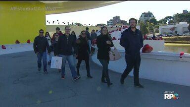 Ação dos balões do Dia dos Namorados no MON - A Carla Lima esteve ao vivo no Museu Oscar Niemeyer mostrando a ação dos balões do Dia dos Namorados e entrevistou um casal carioca que tem uma história curiosa para contar.