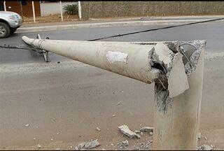 Caminhão derruba poste em avenida de Montes Claros - Pista ficou parcialmente interditada.