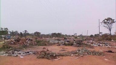 Lixão a céu aberto na margem da DF-001 cresce sem controle - A equipe da Redação Móvel estacionou em Taguatinga para acompanhar a denúncia. O depósito de entulho irregular começou em 2014 e em 2015 já estava gigantesco.