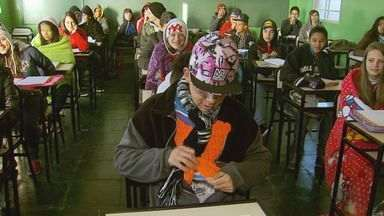 Estudantes se viram para a difícil tarefa de ir para a escola em Caldas (MG) - Estudantes se viram para a difícil tarefa de ir para a escola em Caldas (MG)