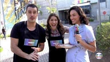 Joaquim Lopes ensina Priscila Fantin a fazer ovo estrelado - Débora Nascimento também participa da 'aula' de culinária nos Estúdios Globo
