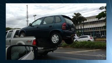 Cavalo é levado sem proteção em caminhonete, em Goiás; veja vídeo - Em outro caso, garupa de moto segura placa de propaganda na cabeça. Perito destaca que imprudência compromete a estrutura do veículo.