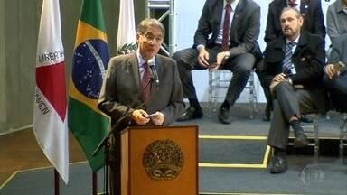 Governador Fernando Pimentel entrega micro-ônibus a prefeituras de 179 cidades mineiras - No fim da cerimônia, ele falou das dificuldades enfrentadas durante o mandato.