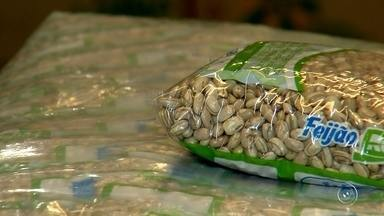 Preço do quilo do feijão praticamente dobra em um mês - O preço do quilo do feijão praticamente dobrou em apenas um mês e já chega a quase R$ 12. Reflexo do clima que fez a safra ser menor. Tem gente que diz estar diminuindo o consumo e substituindo o prato.