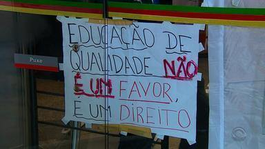 Governo do RS fecha acordo com estudantes para desocupar escolas - Acerto definiu que projeto de lei só entrará na pauta de votação em 2017.
