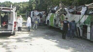 Peças de ônibus acidentado na Mogi-Bertioga são retiradas para passar por perícia - Equipamentos foram levados para a Capital e poderão ajudar nas investigações.