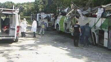 Análise aponta que ônibus da tragédia na rodovia estava sem freio no acidente - Dezessete estudantes e o motorista morreram.