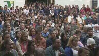 Duas igrejas de São Sebastião fizeram missas de sétimo dia na quarta-feira (14) - A celebração foi marcada pela emoção de parentes e amigos dos estudantes.