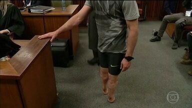 Pistorius retira próteses da perna durante audiência - A decisão foi da defesa de Pistorius. A intenção é fazer com que o juiz responsável pelo caso leve em consideração as dificuldades físicas do medalhista paralímpico na hora de definir a sentença.