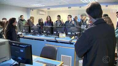 MGTV na Escola: Alunos da UFJF visitam a TV Integração - Estudantes estiveram na emissora na manhã desta quarta-feira (15).