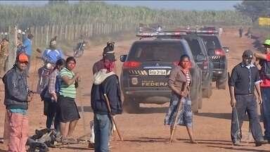 Confronto entre índios e fazendeiros deixa um morto e seis feridos no MS - Eles brigam pela posse de uma fazenda em Caarapó. Segundo a Funai, entre os feridos está uma criança.