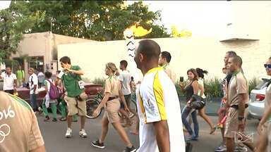 Tocha encerra passagem pelo Maranhão, em Imperatriz - Na segunda maior cidade maranhense, Tocha Olímpica é carregada por ex-jogadores do futebol local e o piloto da Stock Car, Rafael Suzuki