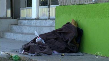 Morador de rua de Resende, RJ, é achado morto e suspeita é que frio seja causa - Corpo foi encontrado pela manhã no bairro Comercial, diz PM; mínima na madrugada desta quarta-feira (15) foi de 8º C; médico fala o que acontece com corpo em caso de hipotermia.