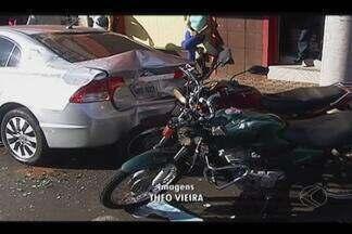 Acidente envolve cinco veículos e para trânsito na tarde desta terça em Ituiutaba - A PM disse que o motorista teria avançado o sinal de parada obrigatória e ocasionado as colisões. Ninguém se feriu.