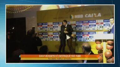 Davi Rossetto leva prêmio de melhor armador do NBB - Basquete Cearense ganha troféu como melhor defesa da competição.