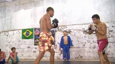 Inspirado em Aldo, lutador larga vida rural e mira UFC - Elvis Silva saiu de Parintins por sonha de lutar profissionalmente. Conheça a história do atleta.