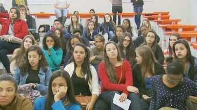 Estudantes da Ufla fazem mostra de profissões para alunos do ensino médio em Lavras (MG) - Estudantes da Ufla fazem mostra de profissões para alunos do ensino médio em Lavras (MG)