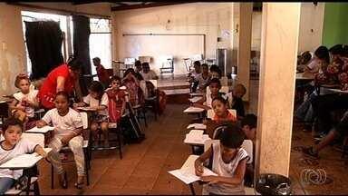 Alunos de rede pública têm aulas em garagem de casa, em Rio Verde, GO - Aulas foram transferidas por causa da reforma do prédio da escola. Estudante de cadeira de rodas diz que tem dificuldades para se locomover.
