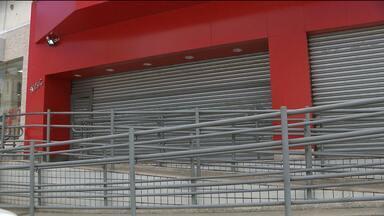 Bandidos assaltam loja de celulares em Campina Grande - A ação foi praticada por três homens armados.