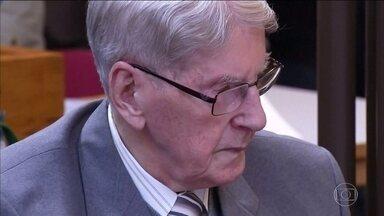 Aos 94 anos, ex-guarda de Auschwitz é condenado a cinco anos de prisão - Alemão é acusado de participar no extermínio de 170 mil pessoas. Sobreviventes do holocausto foram ao tribunal; cabe recurso de decisão.