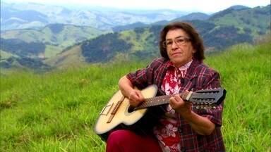 Mineira tem como vizinhos apenas pássaros e montanhas da Mantiqueira - Dona Rosa, de 77 anos, mora em uma casa abraçada pela serra, em um mundo que criou para si após os dez filhos crescerem.
