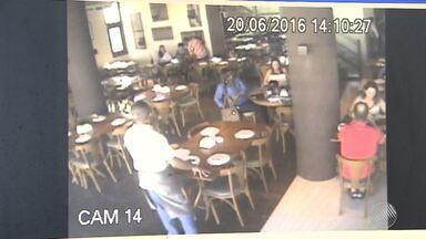 Criminosos roubam restaurante, clientes e funcionários em plena luz do dia, em Salvador - A ação foi registrada por câmeras, no bairro de Stella Maris. Os criminosos conseguiram fugir.