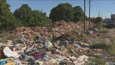 Entulho de casas demolidas, sem solução, preocupa moradores de Sumaré - A usina de processamento de resíduos da construção civil começaria a funcionar em abril, segundo a prefeitura da cidade. Apesar disso, moradores dizem que nada foi feito para limpar os locais.