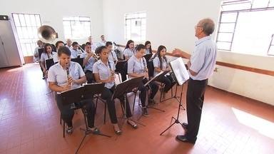 Em Brumadinho, jovens aprendem a tocar instrumentos e renovam tradição musical da região - Cidade é cheia de gente apaixonada por música.
