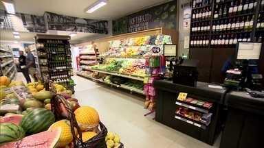 Pequenos empresários abrem mercadinhos de bairro para atender demanda de agilidade - Grandes redes de supermercado lançaram versões mais enxutas para atender o consumidor que tem pressa e quer agilidade. Os pequenos empresários pegaram carona nessa onda e investiram no negócio de vizinhança.