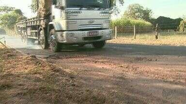 Motoristas reclamam de más condições de rodovia em Taquaritinga, SP - Falta de acostamento e buracos na Vicinal José Martinho Arnoni oferecem riscos aos condutores.