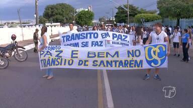Estudantes realizam caminhada para pedir paz no trânsito de Santarém - Objetivo foi conscientizar sobre as imprudências dos motoristas.