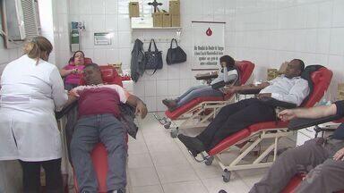 Taxistas de Santos fazem campanha contra transporte não regularizado - Para protestar, um grupo resolveu ajudar o próximo e doar sangue.