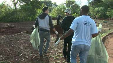 Voluntários recolhem o lixo e revitalizam área de fundo de vale - O trabalho foi feito por jovens do Núcleo Irmã Sheila. Eles limparam o terreno que fica em frente a ONG.