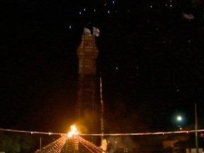 Público aguarda a queima da fogueira de 55 metros da Fejupi - Este sábado (25) é o último dia da festa.