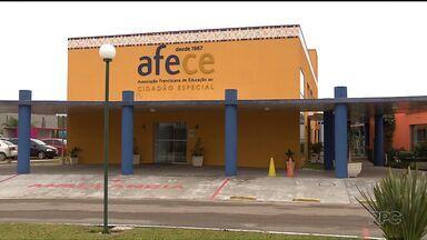 Caem doações a instituições sociais na região de Curitiba - Com menos gente ajudando, está difícil fechar as contas e continuar de portas abertas.