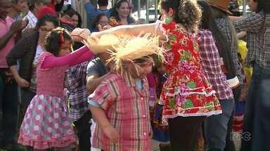 Dezenas de alunos participam de festa junina da Associação Maringaense dos Autistas - Alunos, pais e professores participaram da festança.