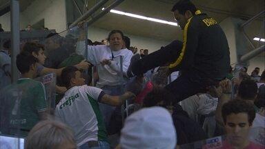 Organizada do Palmeiras se envolve em confusão, e torcedores tentam fugir por tribuna - Organizada do Palmeiras se envolve em confusão, e torcedores tentam fugir por tribuna