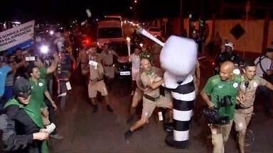 Protestos também marcam passagem de Tocha por Campo Grande - A passagem da Tocha Olímpica por Campo Grande, além de emocionar a população, também provocou manifestações. Na avenida Afonso Pena, em frente a prefeitura, alguns manifestantes invadiram a rua e tiveram de ser contidos.