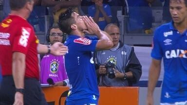 Incrível! Alisson dribla defesa do Palmeiras e passa para Willian que, livre, perde o gol - Incrível! Alisson dribla defesa do Palmeiras e passa para Willian que, livre, perde o gol