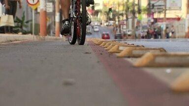 Moradores se queixam de ciclofaixa inaugurada em abril - A Novacap disse que vai enviar um técnico para verificar os problemas no asfalto.